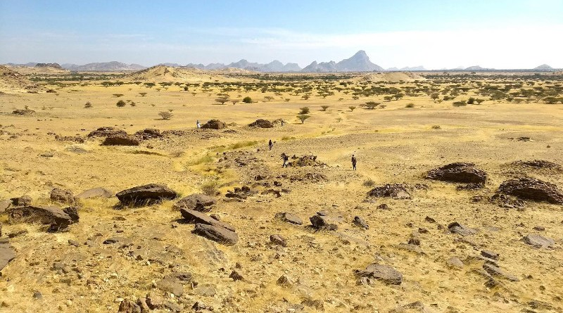 Landscape views of scatters of qubbas around the Jebel Maman. CREDIT Stefano Costanzo (CC-BY 4.0, https://creativecommons.org/licenses/by/4.0/)