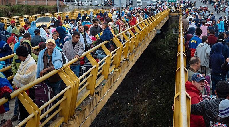 Hundreds of Venezuelan waiting to seal their passports in an Ecuatorian customs house. Photo Credit: UNICEF Ecuador, Wikipedia Commons