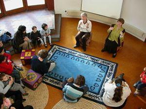 photographie d'enfants écoutant une lectrice