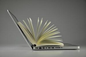 Photo d'un ordinateur avec un livre ouvert