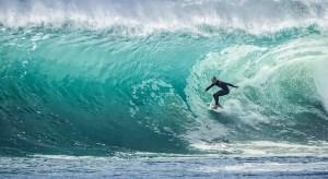 photo de surfeur dans une vague