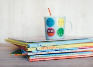 photo d'une pile d'albums avec un mug