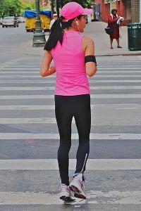 Photographie d'une joggueuse avec des écouteurs