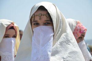 photographie de jeunes femmes voilées de blanc