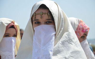 Je cherche des ressources sur le vêtement et la mode au Maghreb entre le Xe et le XVe siècle (après JC). Pouvez-vous m'aider ?