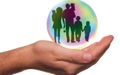 Je recherche de la documentation sur les stratégies mises en place par les parents pour protéger l'enfant des horreurs de la réalité