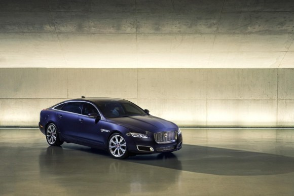 2016-Jaguar-XJ-front-three-quarter-officially-unveiled-900x600