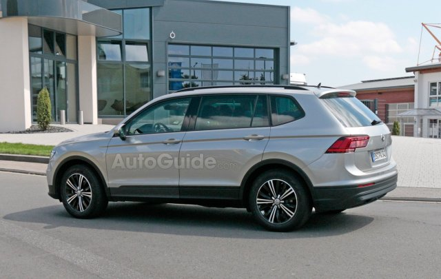 volkswagen-tiguan-lwb-spy-photos-08