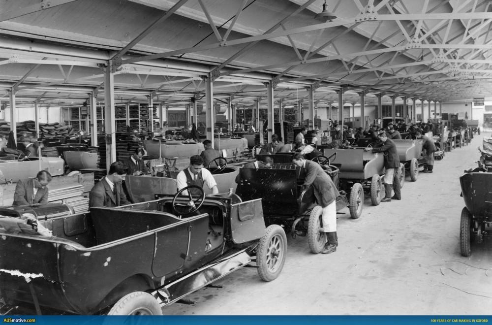 1900'lerin başında bir otomobil fabrikası. Üretimdeki her aracın başında 2–3 kişilik ekipler. İnsan olmazsa üretim de olmaz.