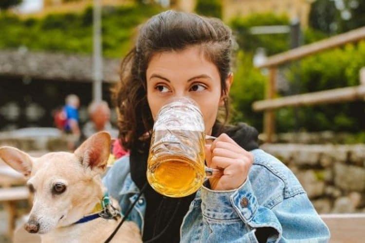 Debbie Corrano tomando cerveja em Berlim