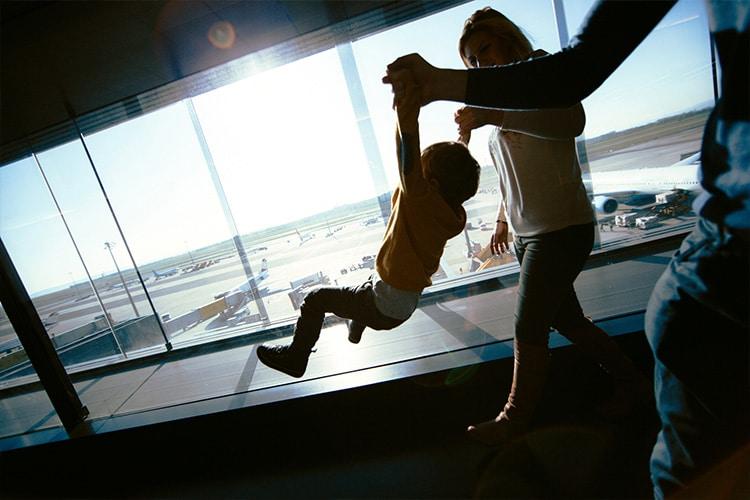 Casal e filho no aeroporto
