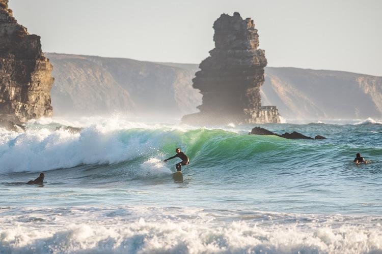 Os surfistas adoram vir ao Algarve no inverno