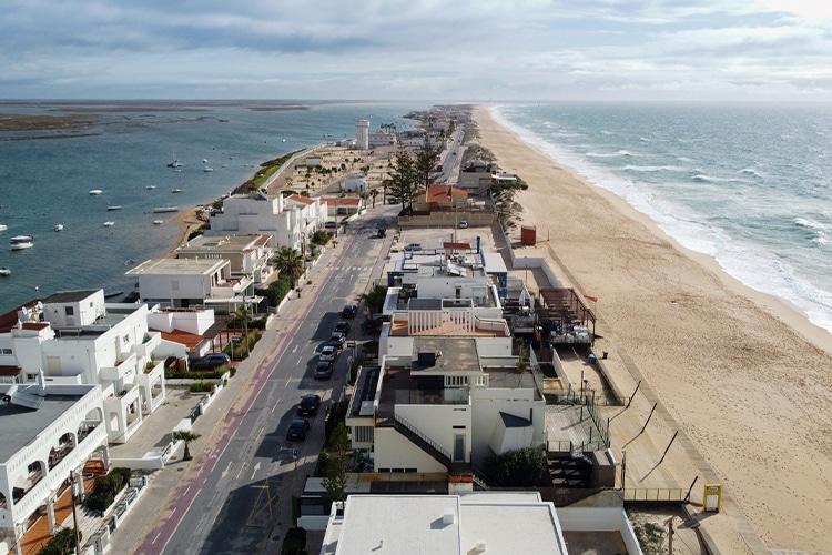 Ruas e praias vazias no inverno do Algarve