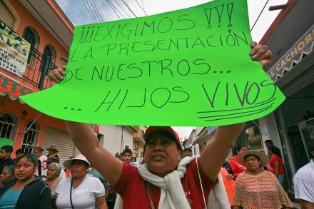 Exigen en Tixtla la aparición de los normalistas de Ayotzinapa. Foto: Germán Canseco
