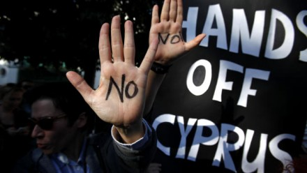Protesta contra la intervención de la UE en Chipre