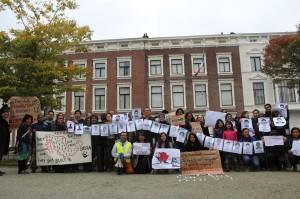Protesta por la desaparición de los normalistas de Ayotzinapa frente a la embajada mexicana en Holanda