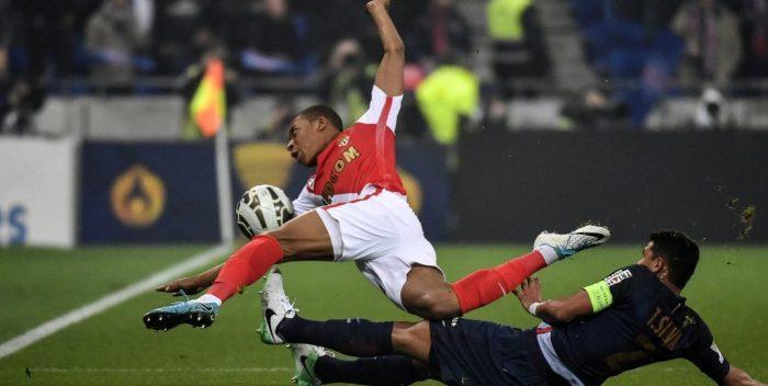 PRONOS LIGUE 1 SAISON 2019 / 2020 - Page 9 L-attaquant-Monaco-Kylian-MBappe-tacle-PSG-Thiago-Silvade-finale-Coupe-Ligue-Mbappe-Monaco