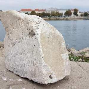 Sírkövek a budapesti Duna-parton