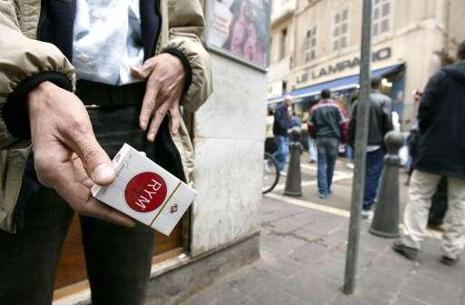 Ein Mann bietet Zigaretten zum Verkauf an ©BELGA/AFP/Gerard Julien