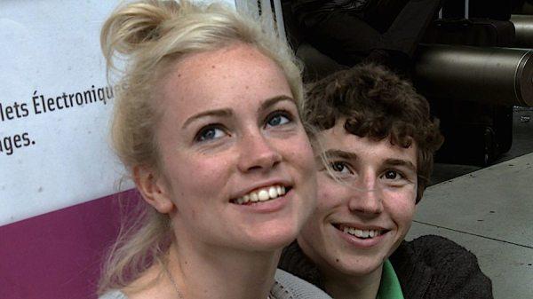 """Eine blonde Frau und ein junger Mann im Film """"Géographie Humaine"""" - Crossing Europe"""