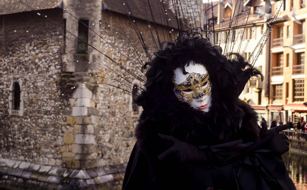Fully clad in black at the Venetian Carnival