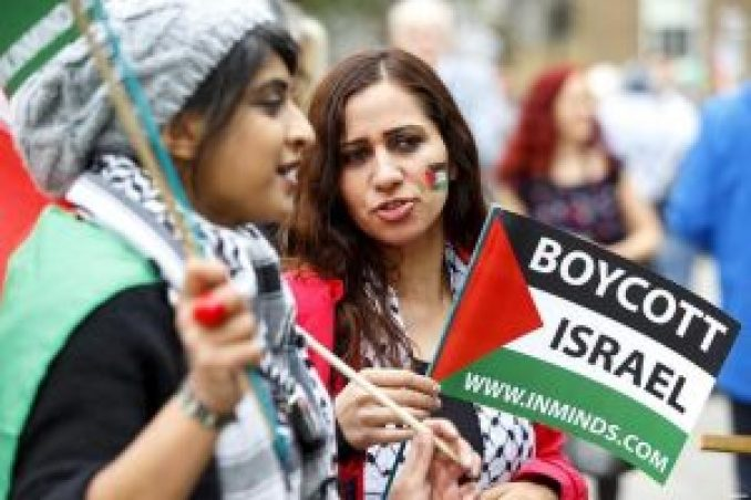 pro-Israel-and-pro-Palestinian-protestors-outside-Downing-St-during-Netanyahu-visit-Sep-9-2015-6-Palestine-protestors-boycott-israel