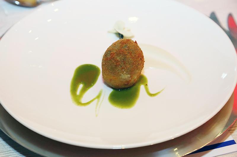 L'uovo di carciofo con salsa di topinambur e gocce di mentuccia