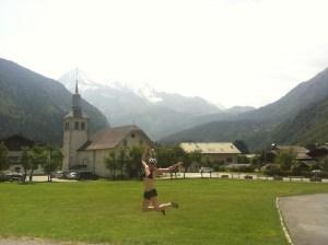 springen_voor_de_kerk_met_mont_blanc_erachter
