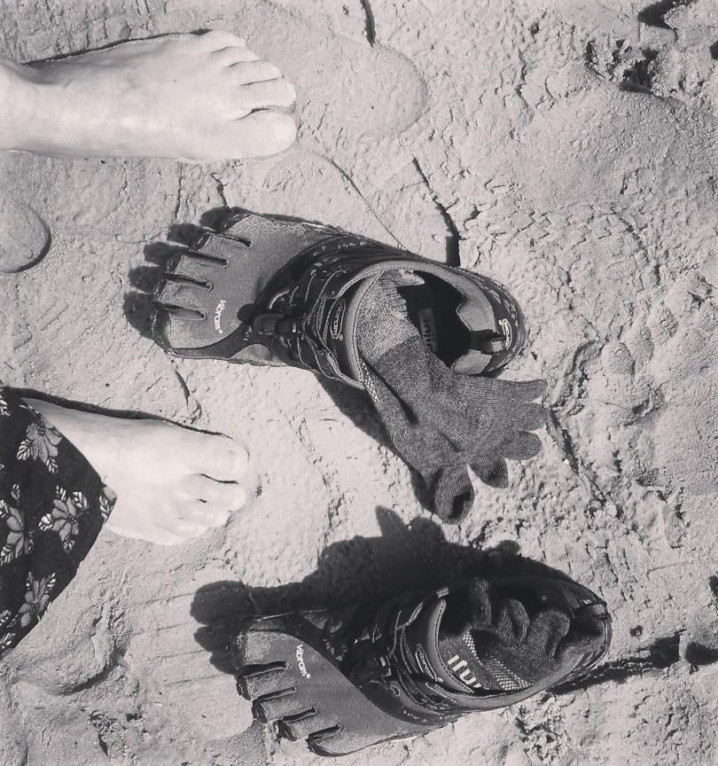 Zand, sokken, FiveFingers en voeten