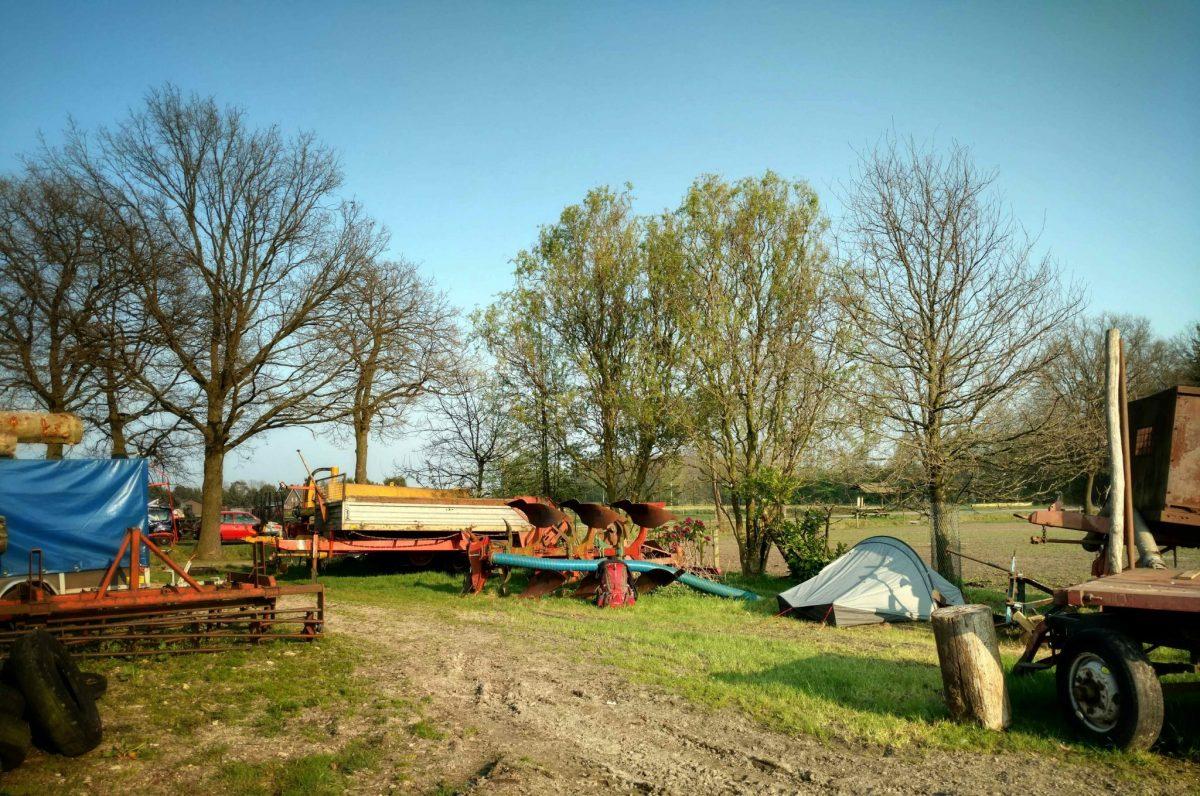 Kamperen_tussen_landbouw_machines_bij_de_boer