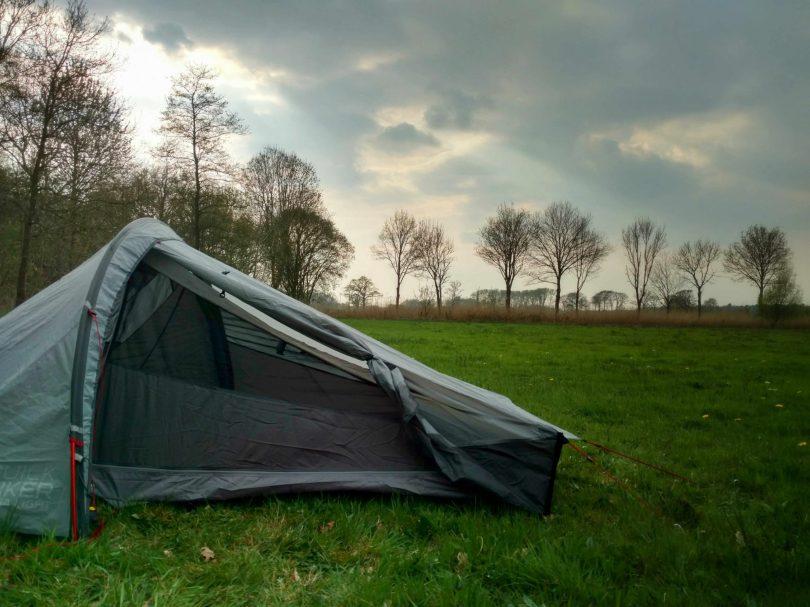 Wildkamperen in een veld