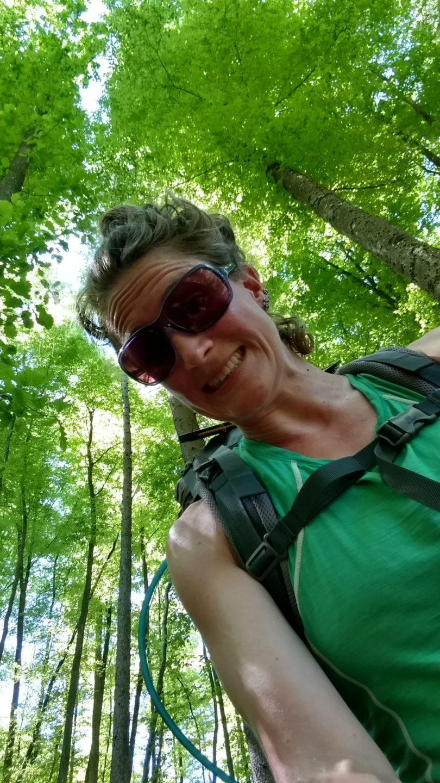 Alleen in de bossen, een wilde vrouw in het wild | GROEN