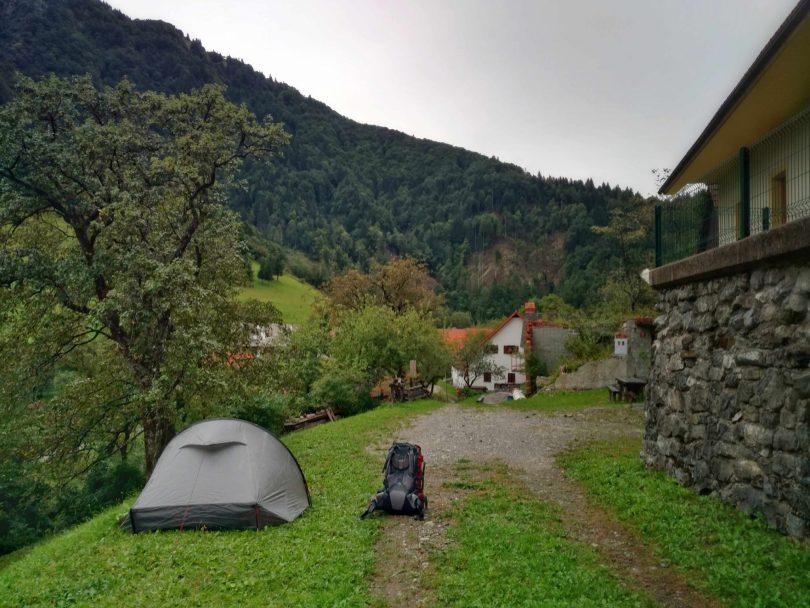 Kamperen_in_een_dorp_slovenië