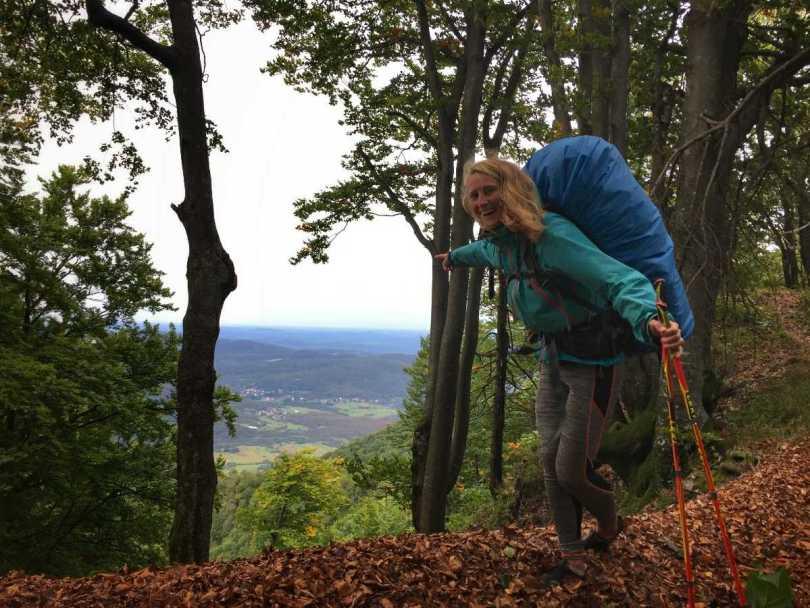 wandelen met-bepakking eva op via dinarica green trail kroatie