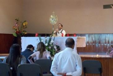 Los jóvenes y la adoración a Jesús en un retiro.