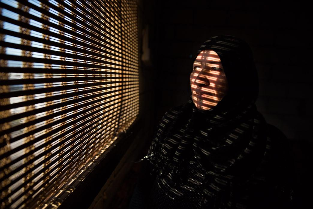 Viuda refugiada junto a sus 5 hijas en el Valle de la Bekaa, que huyó de Siria tras la muerte de su esposo en un bombardeo.