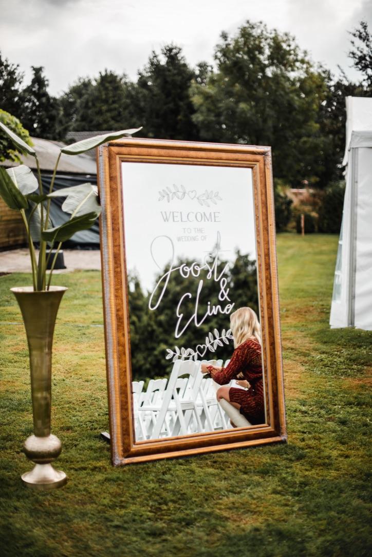 bruiloftaankleding-spiegel