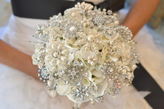 https://i0.wp.com/www.evelynclarkweddings.com/wp-content/uploads/2011/11/pearl_glittery_brooch_bouquet_Noaki.jpg