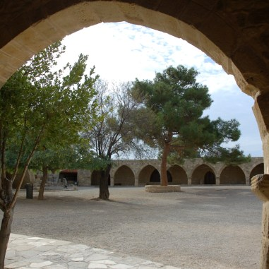 Ingang van het museum bij de tempel van Aphrodite