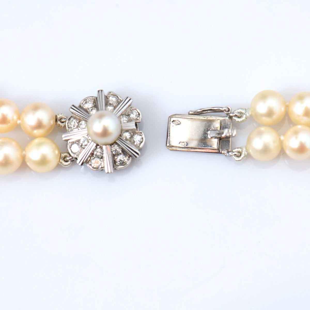 Collier de perles de culture 2 rangées, fermoir or blanc 750 serti de 16 diamants taille brillant, 0,40 ct   Réf. CO-B18330   EVENOR Joaillerie • Bijoux neufs et bijoux Vintage
