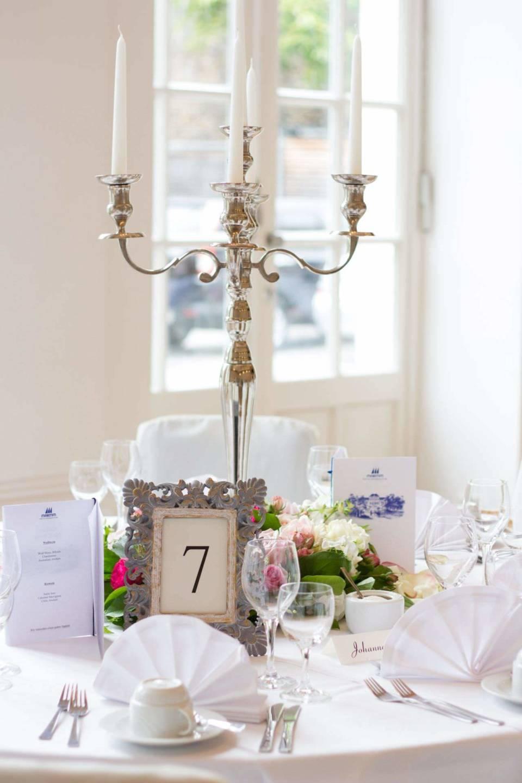 runde Tische Deko Platzkarten Kerzenleuchter  Event und Hochzeit