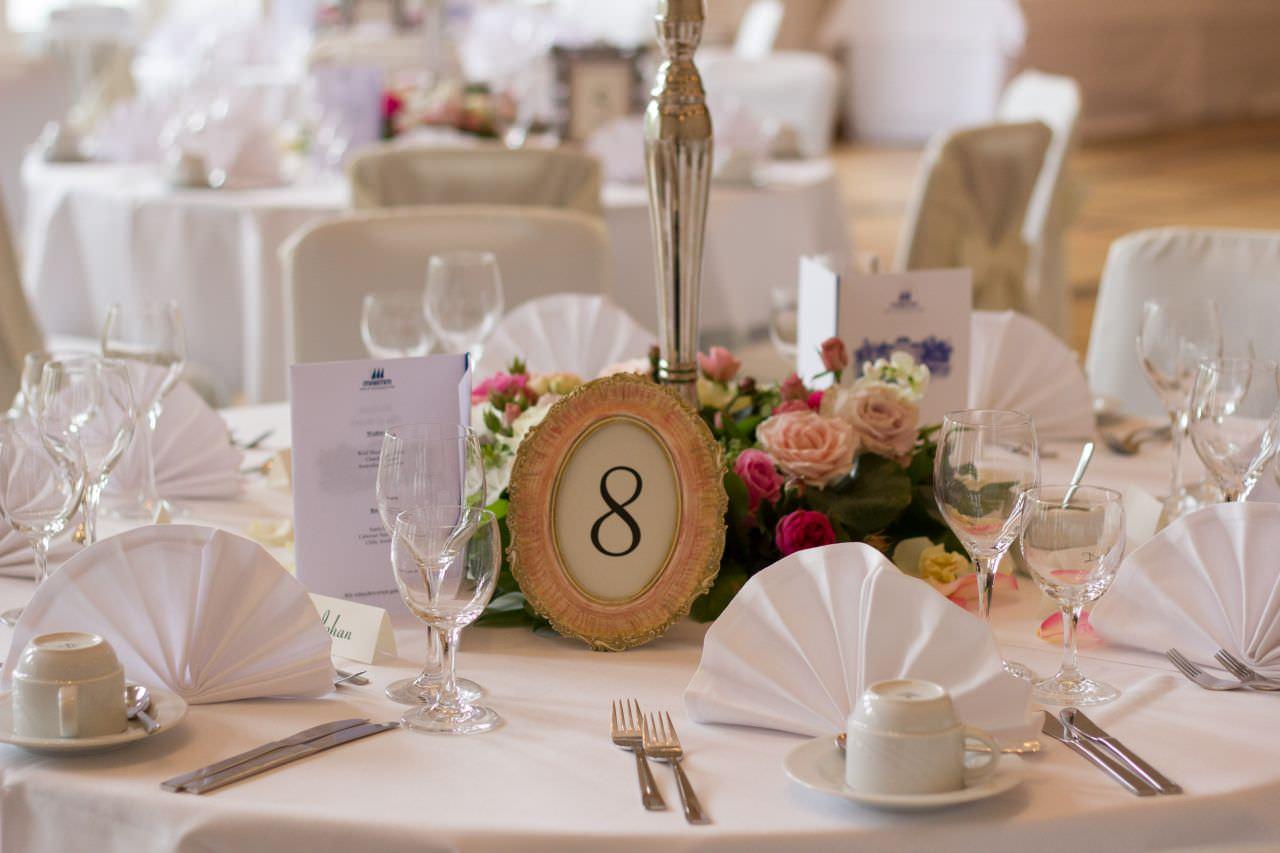 runde Tische Deko Platzkarten  Event und Hochzeit