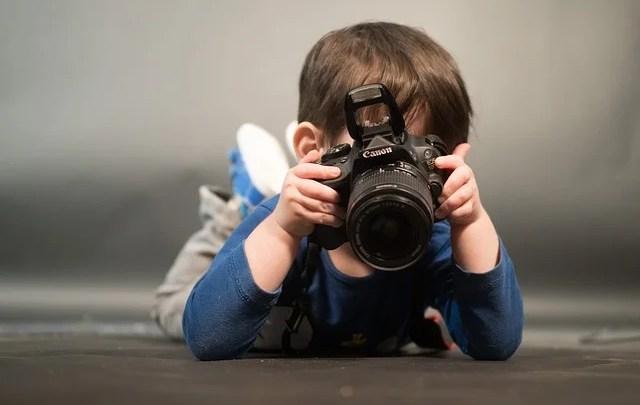 bambino fotografo ph. credit Pixabay