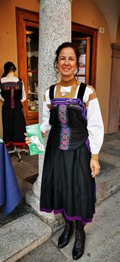 Donna in costume valsesiano
