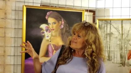 Lella Beretta mentre spiega i suoi quadri
