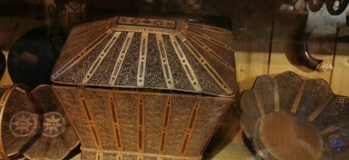 cesteria di legno intagliata