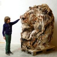 2 Jürgen Lingl Leone della speranza, legno di abete, 2019