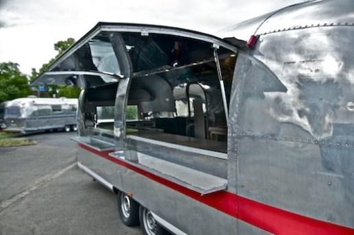 airstream-catering-us-wohnwagen-aluwohnwagen-blechwohnwagen-foto-event-messe-eventmobil-koeln