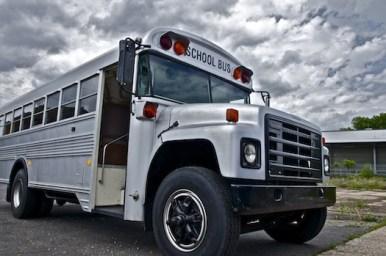 grau-metallik-silber-schoolbus-school-bus-us-bus-ami-bus-koeln-eventmobile-event-mobile-messe-messestand-event-show-fotografie-location16
