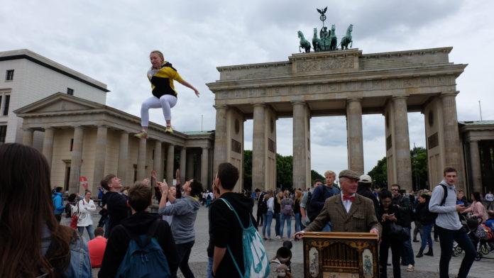Fliegende Sportler und Musiker feiern zusammen mit 70.000 Besuchern die Eröffnung des Internationalen Deutschen Turnfests 2017 am Brandenburger Tor